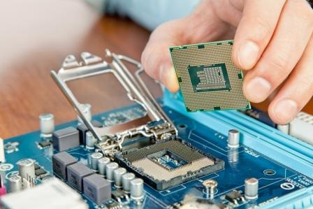 wkładanie procesora do płyty głównej